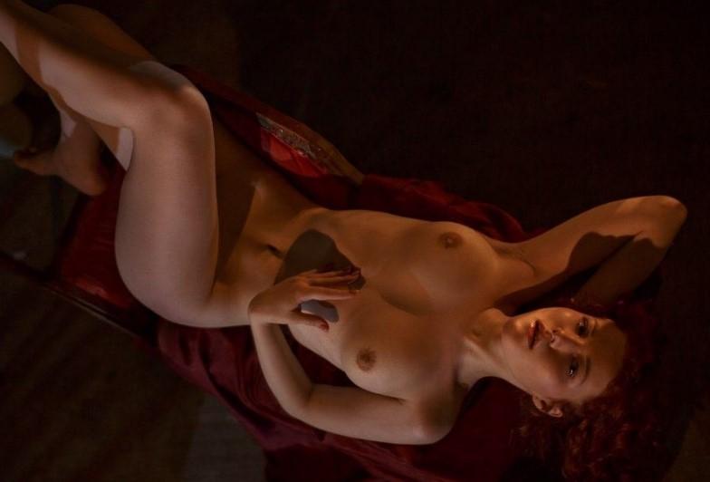 Проститутка на кровати